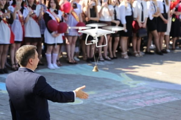 В Белоруссии на последнем звонке первоклассницу заменил дрон
