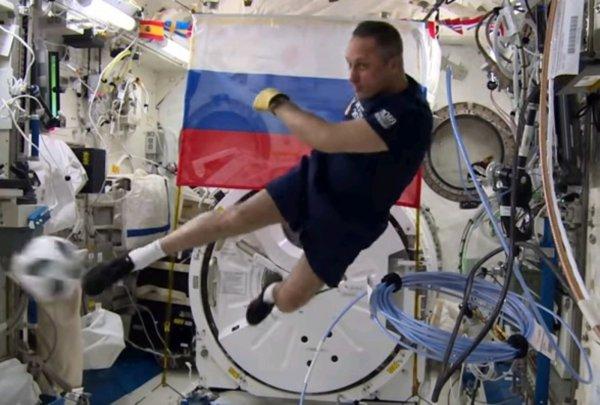Российские космонавты сыграли в футбол на МКС