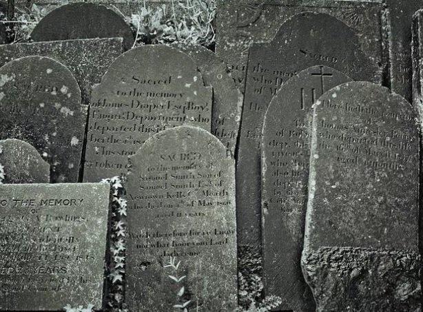 В Ульяновске тротуар замостили надгробными плитами с именами