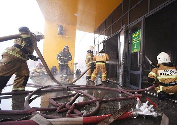 МЧС рассматривает три версии пожара в торговом центре в Казани