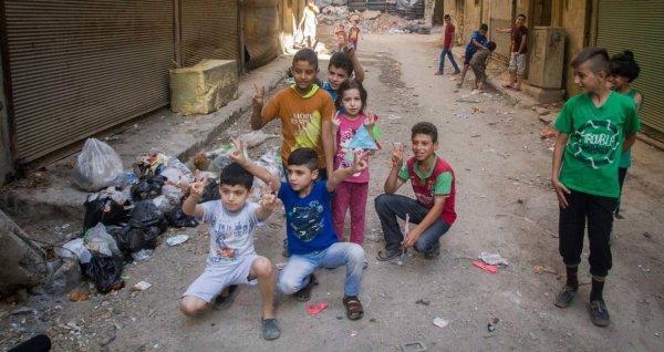 Предприниматели Зеленоградска подарили детям в Алеппо «Королевство»
