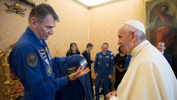 «Космический презент»: Экипаж МКС подарил папе Римскому комбинезон космонавта