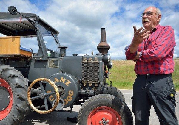 Немец с таксой на раритетном тракторе едет на ЧМ-2018