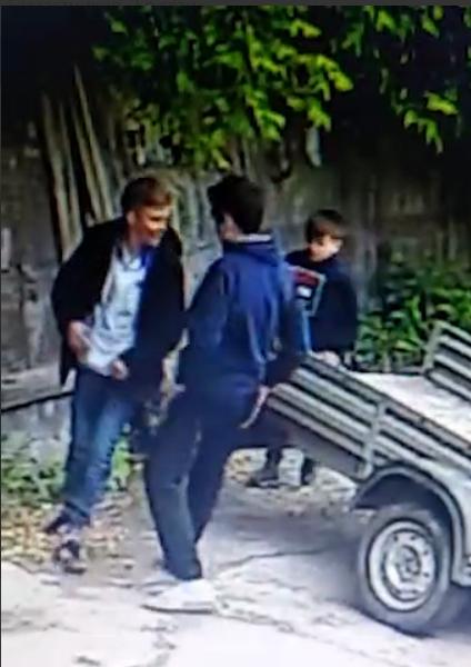 В Подольске подростки расколотили машину, не заметив камер наблюдения