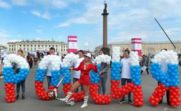 В Петербурге пронесли воздушные шары в форме слова «Россия»
