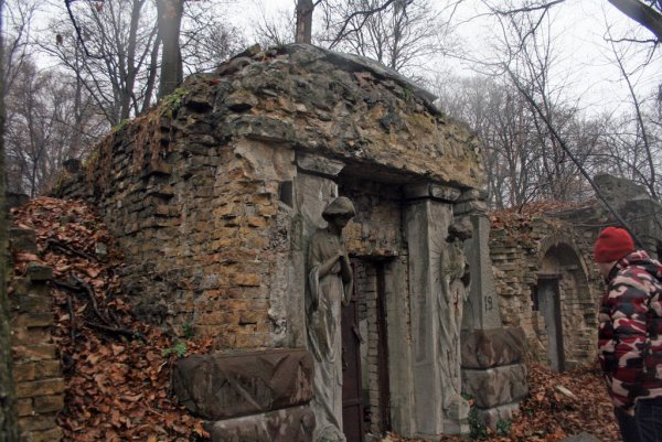 В Азове нашли старинный склеп с останками подростка