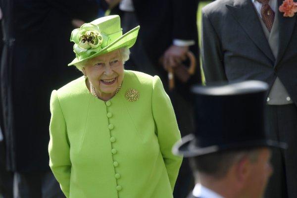 Елизавета II удивила общественность непривычной обувью