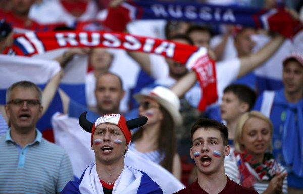 Российский фанат извинился перед журналисткой за поцелуй