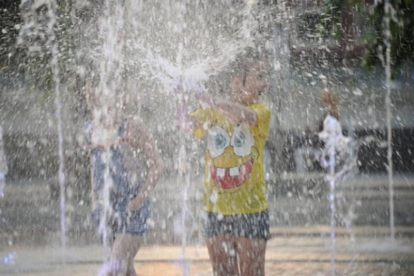 Жителям Красноярска запретили купаться в фонтанах и раздеваться