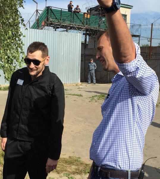 «АУЕ, жизнь ворам»: Появилось видео освобождения Олега Навального из тюрьмы