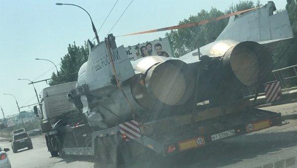 В Астрахани сняли на камеру боевой истребитель без крыльев на Новом мосту