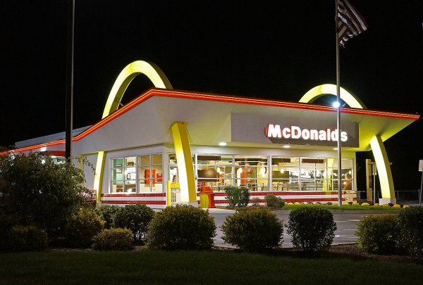 Чизбургер и картофель фри из «Макдональдса» не испортились после шести лет в шкафу