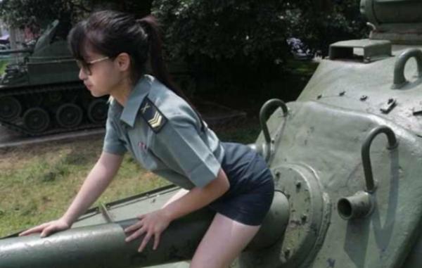 Военных взбесила секс-фотоссесия модели на полигоне