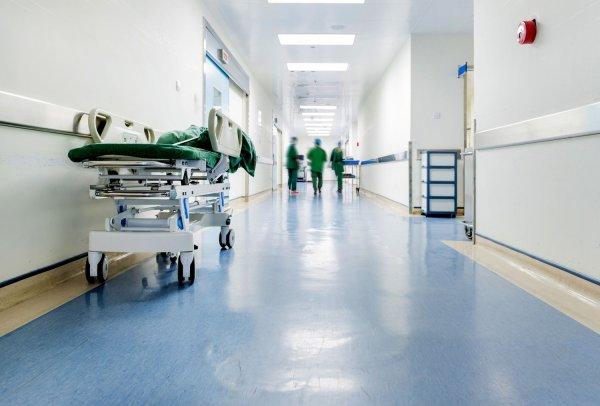 «Увольнение или побои»: Ростовскому врачу угрожают на работе