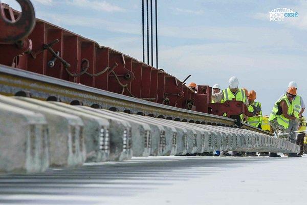 На «бархатном пути» Крымского моста уложили первые рельсы
