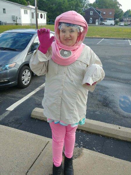 Одна на миллион: Школьница круглый год носит шлем из-за аллергии на Солнце