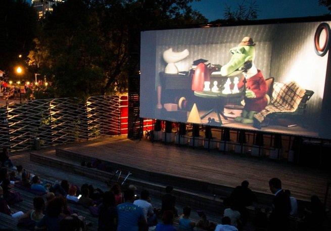 Бесплатно и под открытым небом — в Москве открывают летние кинотеатры