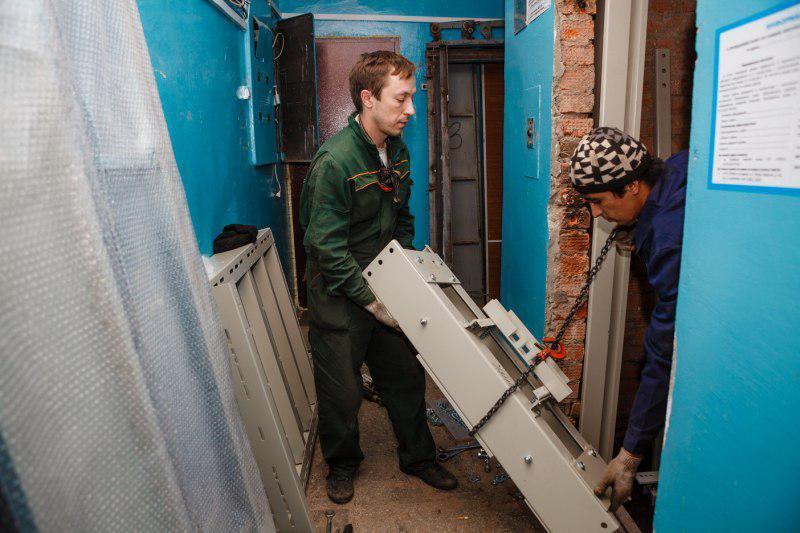 Как идут работы по замене лифтов в Москве