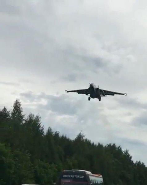 На видео попала посадка боевых самолетов на трассу под Хабаровском