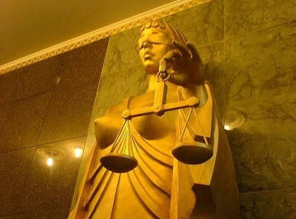 Сотрудники суда одели «Возбужденную Фемиду»