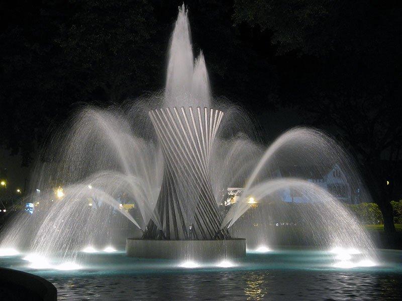 Из-за множества фонтанов сквер на месте «Зимней вишни» завершат в 2019 году