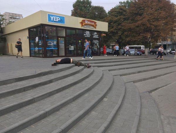 Уснувший на ступеньках житель Ростова рассмешил пользователей Сети