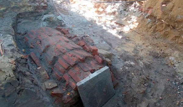 Во дворе жилого дома в центре Белгорода обнаружили древний склеп с останками