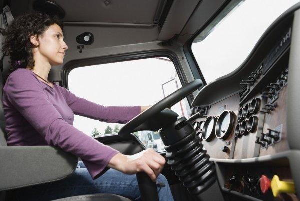 Российские женщины смогут водить фуры и экскаваторы