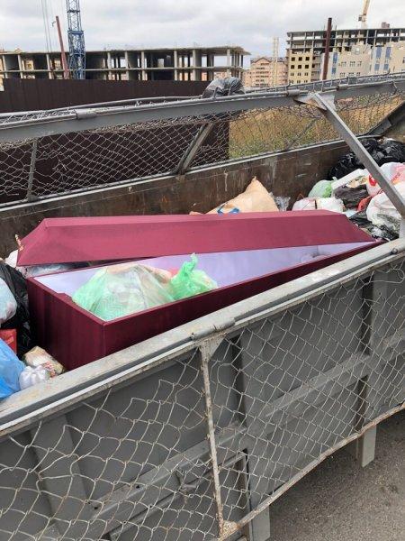 «Решил дожить до пенсии»: В Ростове-на-Дону в мусорном баке нашли настоящий гроб