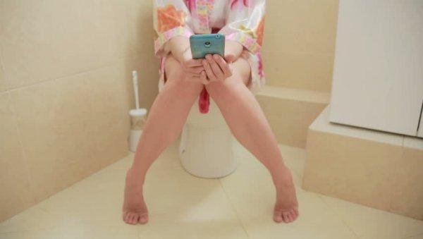 Каждый четвёртый британец использует телефон для знакомств, когда сидит в туалете