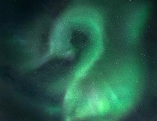 Над Мурманском наблюдали северное сияние в виде двойки