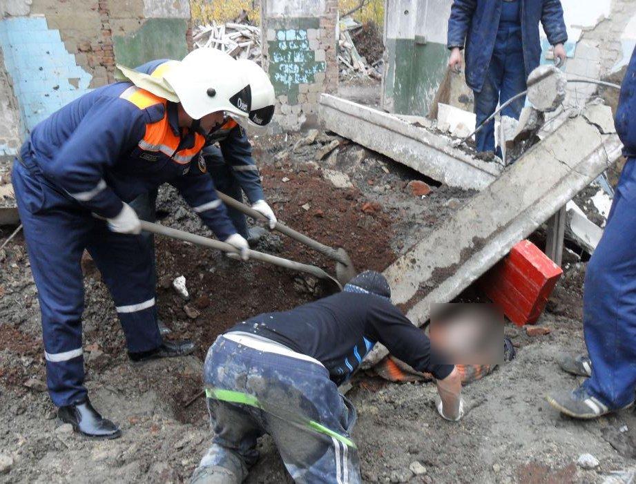 Один человек погиб и двое придавлены конструкцией у метро «Саларьево»