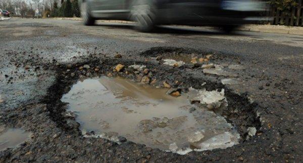 Житель Ростова самостоятельно залатал дорожную яму