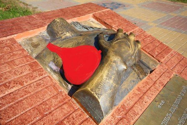 Насладились и хватит: В Батайске просят заменить барельеф обнажённой женской груди