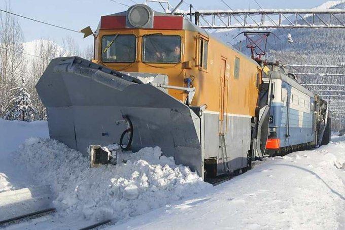 Этой ночью железнодорожники очистили около 200 км путей МЖД от снега