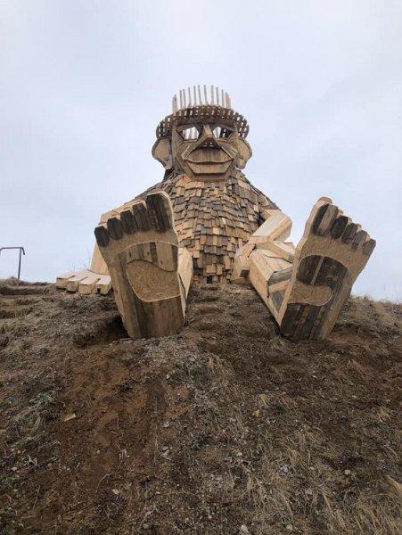 В Ростовской области у трассы М4 «Дон» появился гигантский деревянный Гулливер